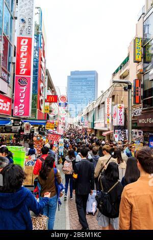 Takeshita Straße in Harajuku, Tokio. Blick entlang der berühmten Fußgängerzone Einkaufsstraße mit japanischen und ausländischen Touristen überfüllt. Tagsüber. - Stockfoto