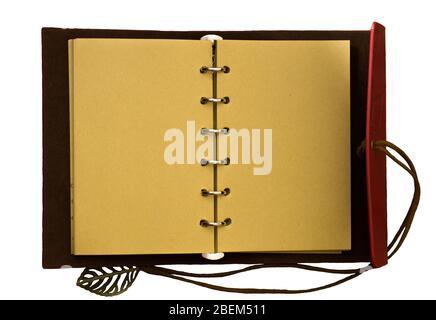 Draufsicht Bild des offenen Notizbuchs mit leeren Seiten isoliert auf einem weißen Hintergrund, bereit für das Hinzufügen von Text oder Mockup - Stockfoto