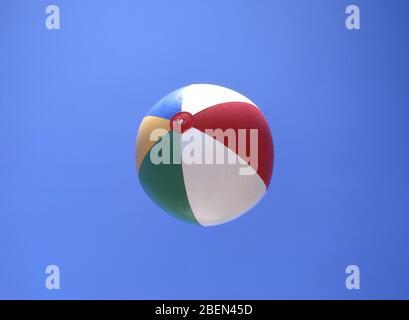 Strandball gegen blauen Himmel, Platja de Sant Tomàs, Sant Tomàs, Menorca, Balearen, Spanien - Stockfoto