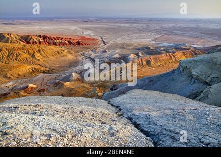 Luftaufnahme von bizarr übereinander geschichteten Berge im Desert Park Altyn Emel in Kasachstan - Stockfoto