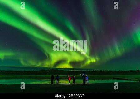 Eine Gruppe von Touristen nehmen aurora Selfies am Prosperous Lake, Kanada. - Stockfoto