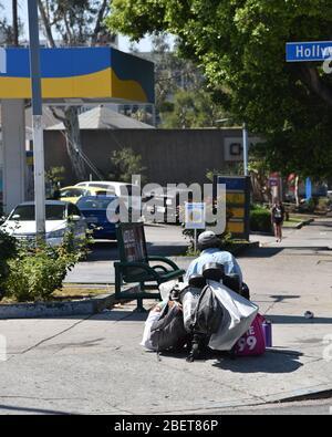 LOS ANGELES, CA/USA - 10. JULI 2019: Obdachloser Mann im Rollstuhl an einer Bushaltestelle - Stockfoto