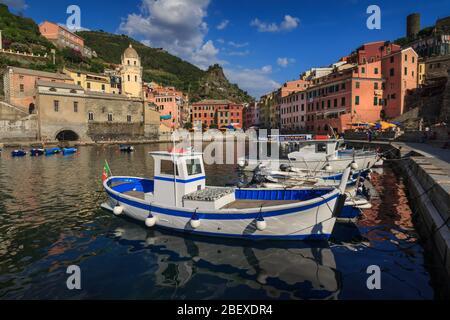 Fischerdorf Vernazza. Vernazza ist eines von fünf berühmten bunten Dörfern der Cinque Terre - Stockfoto