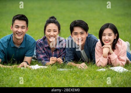 Das Glück der Studenten liegt auf dem Gras - Stockfoto