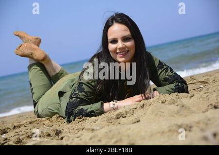 Mollige Teenager posiert am Strand Stockfotografie - Alamy