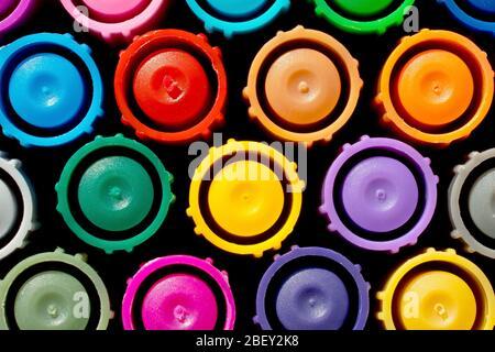 Nahaufnahme Stillleben Muster der bunten Kappen auf einem Satz von Farbstiften. Stockfoto