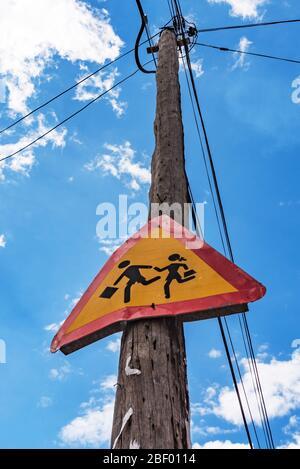 Warnung, dass Schulkind Straßenschild auf kuba läuft - Stockfoto