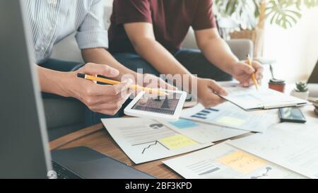 Start-up-Partner diskutieren die Ideen für eine neue Entwicklungsstrategie. - Stockfoto