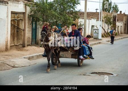 Ein Pferd und Wagen, der einen Bus-Service im uigurischen Teil von Kuche, Provinz Xinjiang, China, bietet. - Stockfoto