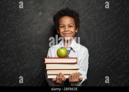 Kleine schwarze Kind Junge lächelnd und sah auf blauem Hintergrund - Stockfoto