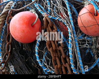 Angelnetz mit Bojen, Seilen und Ketten - Stockfoto