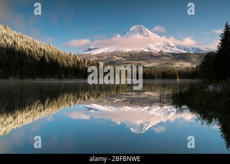 Frühmorgendliche Wolken zeigen frischen Herbst Schneefall auf Oregon höchsten Gipfel, Mt Hood spiegelt sich in Trillium Lake. - Stockfoto