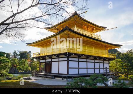 Kinkakuji Zen Buddhist Temple ist ein beeindruckendes Gebäude mit Blick auf einen großen Teich, bekannt als Altersruhesitz. - Stockfoto