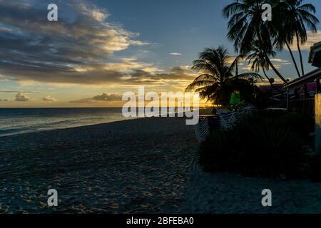 Sonnenuntergang am Strand von Dover, St. Lawrence Gap, Südküste, Barbados, Karibik.
