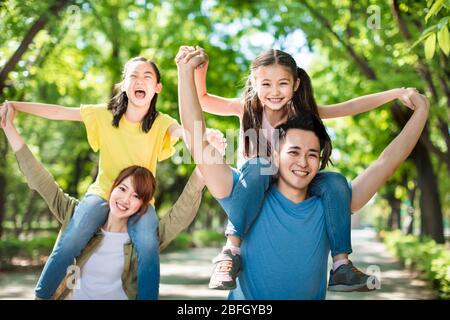 Glückliche junge Familie mit Spaß im Freien - Stockfoto