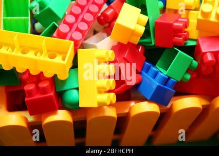 Blockstücke können auf vielfältige Weise montiert und verbunden werden, um Objekte Fahrzeuge und Gebäude zu bauen. Alles Konstruierte kann dann auseinandergenommen werden - Stockfoto