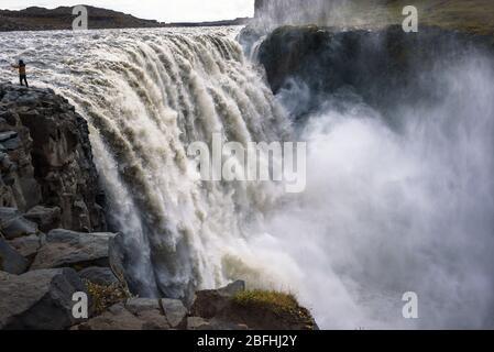 Tourist macht ein Selfie-Foto am Dettifoss Wasserfall in Island - Stockfoto