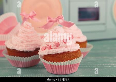 Leckere Tasse Kuchen mit Sahne - Stockfoto