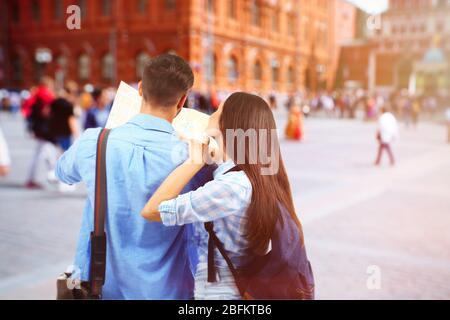 Ein Paar auf dem Vorstraße in der Stadt - Stockfoto