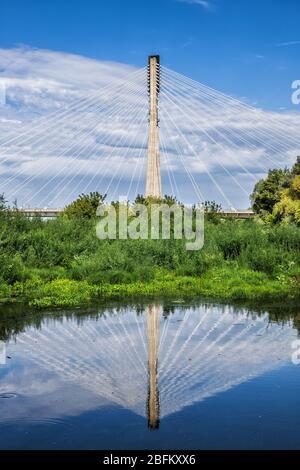 Warschau, Polen - 19. August 2019: Swietokrzyski-Brücke - Heilig-Kreuz-Brücke über die Weichsel mit Spiegelreflexion im Wasser - Stockfoto