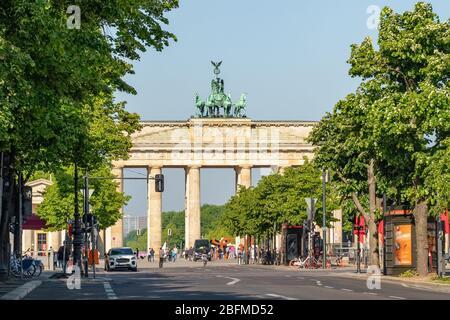 Brandenburger Tor im Sommer in Berlin - Stockfoto