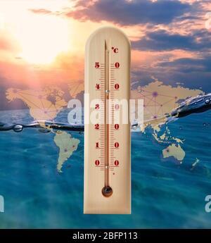 Weltkarte mit Thermometer mit hoher Temperatur und Meereslandschaft im Hintergrund. Konzept der globalen Erwärmung und des Klimawandels. Retten Sie Planeten und Umwelt - Stockfoto