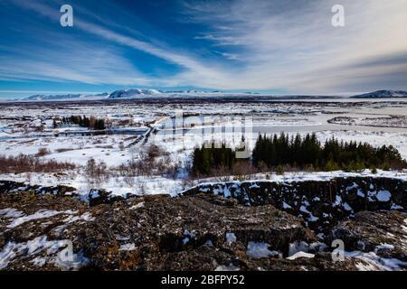 Blick über den Thingvellir (Þingvellir) Nationalpark auf der tektonischen Plattengrenze des Mittelatlantischen Rückens im Südwesten Islands im Winter im Schnee - Stockfoto