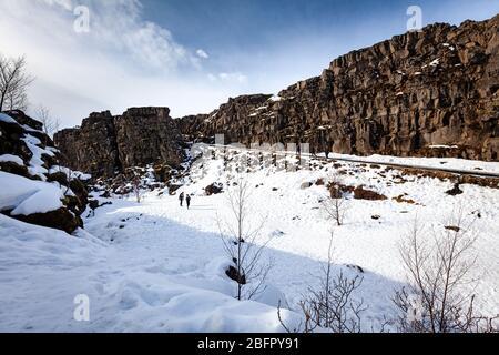 Die Klippen der Almannagja-Bruchlinie im mittleren Atlantischen Rücken im Thingvellir (Þingvellir) Nationalpark im Südwesten Islands im Winter im Schnee - Stockfoto