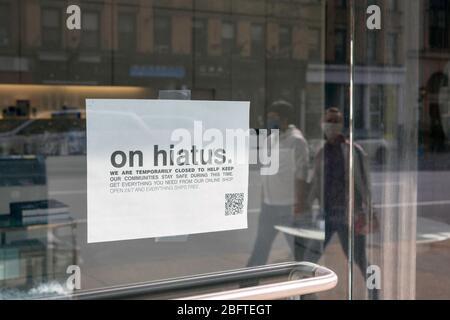 New York, NY, USA. 19. April 2020. Melden Sie sich an einer Ladenfront auf der Upper West Side von Manhattan an, die ihre vorübergehende Schließung aufgrund des Coronavirus ankündigt. - Stockfoto