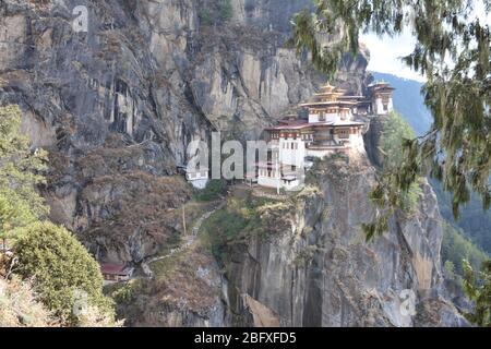 Das zum UNESCO-Weltkulturerbe gehörende Tigernest-Kloster (Paro Taktsang) ist Bhutans beliebteste touristische und kulturelle Anziehungspunkt und Beispiel für Dzong-Architektur.