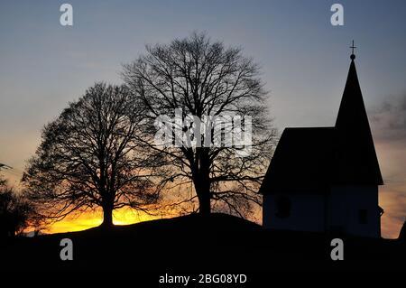 Bruder Klaus Kapelle auf dem Hochplateau Hagspiel bei Oberstaufen im Abendlicht, Schwaben, Allgäu, Bayern, Deutschland, Europa - Stockfoto