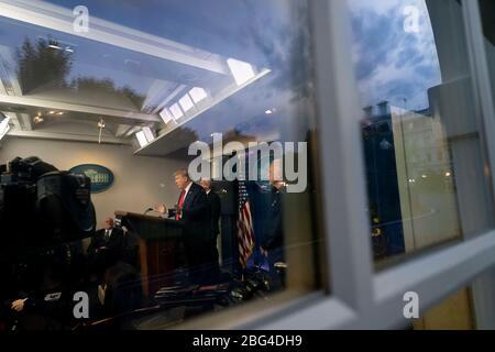 US-Präsident Donald Trump hält während einer Coronavirus-Update-Briefing im Briefing Room des Weißen Hauses 17. April 2020 in Washington, DC, Bemerkungen. - Stockfoto