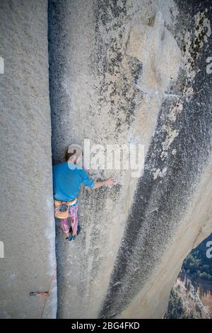 Kletterer ruht während Blei Klettern auf der Nase wechselnden Ecken - Stockfoto