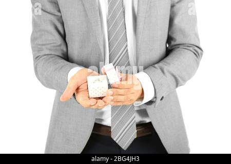 Junge Geschäftsmann Geschenk-Box mit Ring, isoliert auf weiß - Stockfoto