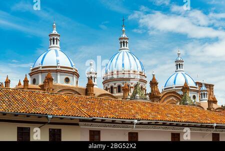 Kuppeln der neuen Kathedrale mit Mosaikfliesen in Cuenca an einem Sommertag, Provinz Azuay, Ecuador. - Stockfoto