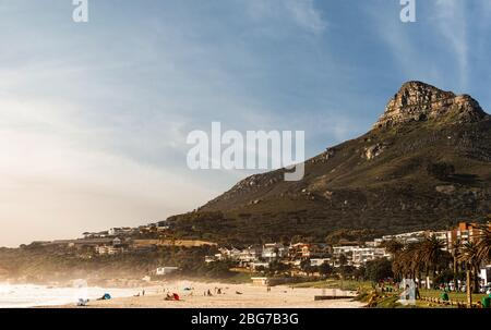 Camps Bay (Kapstadt), Soutch Afrika mit einem fantastischen Himmel während der Wintersaison Stockfoto
