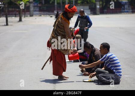 Kathmandu, Nepal. April 2020. Ein Anhänger von Gorakhnath versorgt die täglichen Wettarbeiter während der landesweiten Lockown, die im Zuge der COVID-19 Pandemie in Kathmandu, Nepal, am 20. April 2020 verhängt wurde, mit Wasser. (Foto von Subash Shrestha/Pacific Press) Quelle: Pacific Press Agency/Alamy Live News - Stockfoto