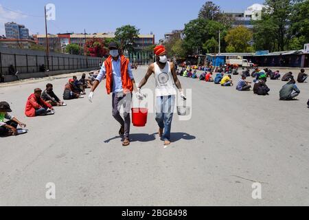 Kathmandu, Nepal. April 2020. Die Anhänger von Gorakhnath servieren den täglichen Wettarbeitern Nahrung, während der landesweiten Lockdown, die im Zuge der Corona-Virus (COVID-19) Pandemie in Kathmandu, Nepal am 20. April 2020, verhängt wurde. (Foto von Subash Shrestha/Pacific Press) Quelle: Pacific Press Agency/Alamy Live News - Stockfoto