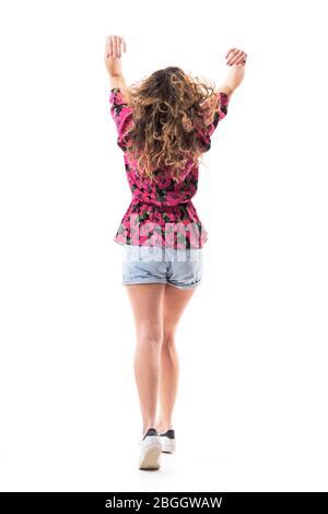 Rückansicht der unbeschwerten jungen unabhängigen Frau, die das Haar verlässt und weggeht. Ganzkörper isoliert auf weißem Hintergrund. - Stockfoto