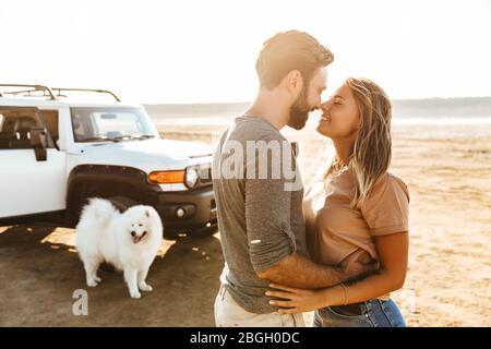 Schönes junges Paar in der Liebe umarmen, während am Strand stehen, Urlaub Reise