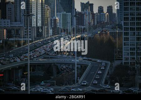 Der Verkehrsstrom bewegt sich langsam während der Abendspitze der Pendelfahrt an Wochentagen, Peking, China, 10. März 2020. *** Ortsunterschrift *** fachaoshi - Stockfoto