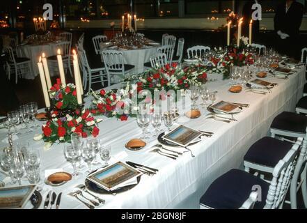 Banketttische sind für ein Abendessen im Palais Bourbon ausgelegt, an dem HRH Diana, Prinzessin von Wales und Charles, Prinz von Wales, während ihrer königlichen Reise teilnehmen - Stockfoto