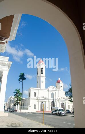 Santa Iglesia Catedral de la Purísima Concepción neben dem Jose Marti Park in der Kolonialstadt Cienfuegos - Stockfoto