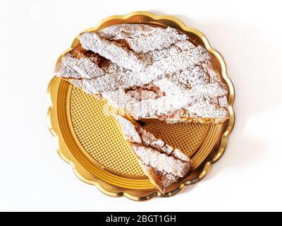 Neapolitanische Pastiera, typisch italienisches Dessert. Art der typischen Art des Osterfestes, gefüllt mit Ricotta und kandierten Früchten, bedeckt mit Puder - Stockfoto