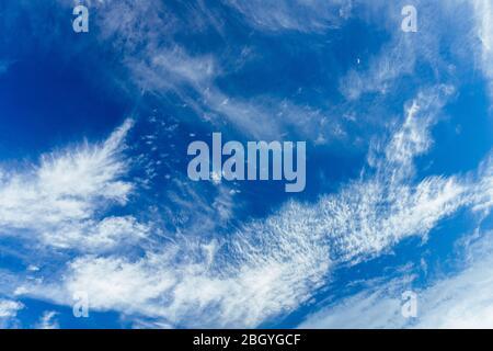 Helle und schöne Fotos von der himmlischen weißen Wolken und gesättigten blauer Himmel mit Sonnenschein. Leichte, zart und luftig bewölkt Hintergrund mit weißen und b - Stockfoto