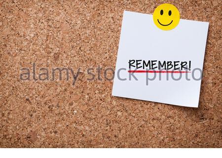 Weiße Haftnotiz Mit Erinnern Und Roter Push Pin Auf Kork-Board - Stockfoto