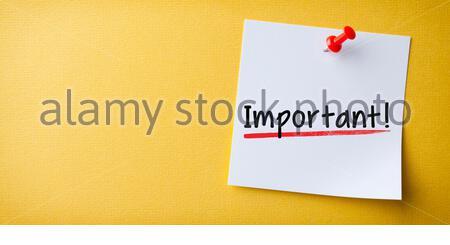 Weiße, Stickige Note Mit Einem Wichtigen Und Einem Roten Stift Auf Gelbem Hintergrund - Stockfoto
