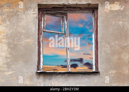 Fenster des alten zerstörten Hauses ohne Glas.