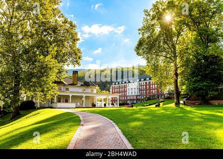 Hot Springs, USA - 18. Oktober 2019: Omni Homestead Architektur-Hotel in der Innenstadt von Dorf Stadt in Virginia Landschaft mit grünen Rasen und - Stockfoto