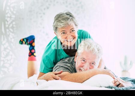 Zwei Tätowierte Im Bett